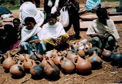 Potters selling Jabanaa at market place, Guyyi, West Wallaga